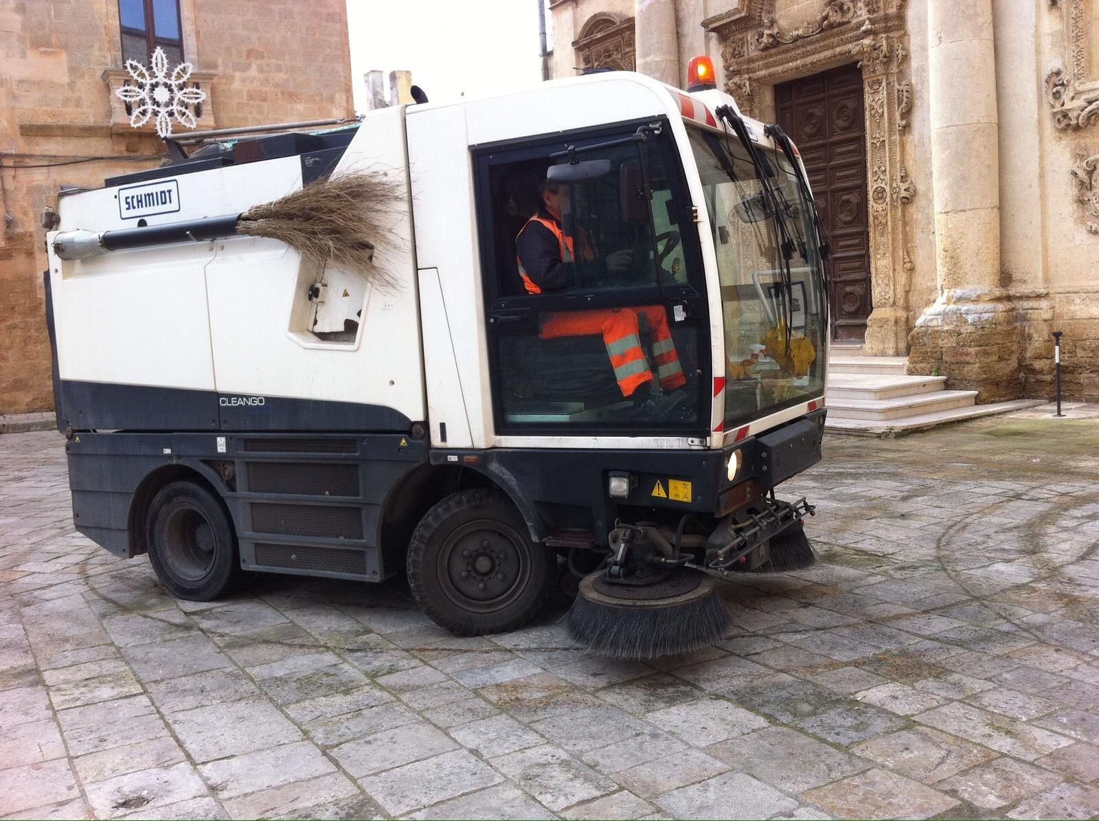 Pulite le scritte su piazza Orsini, si cercano gli 'artisti'