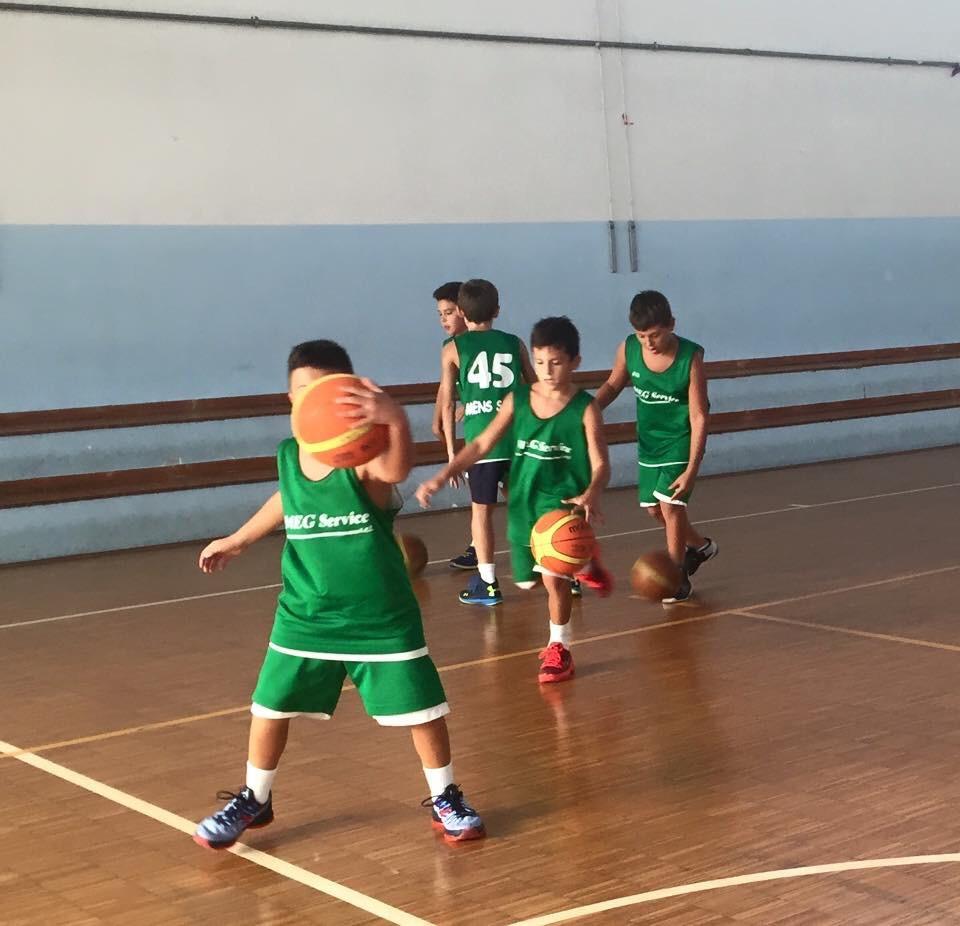 Sospesa partita di basket giovanile, invasione e aggressione all'arbitro