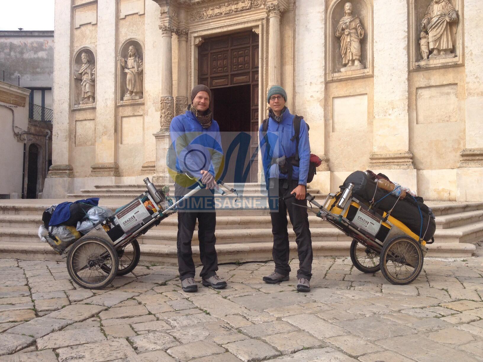 Arrivano a Mesagne due pellegrini che fanno il giro dell'Europa a piedi