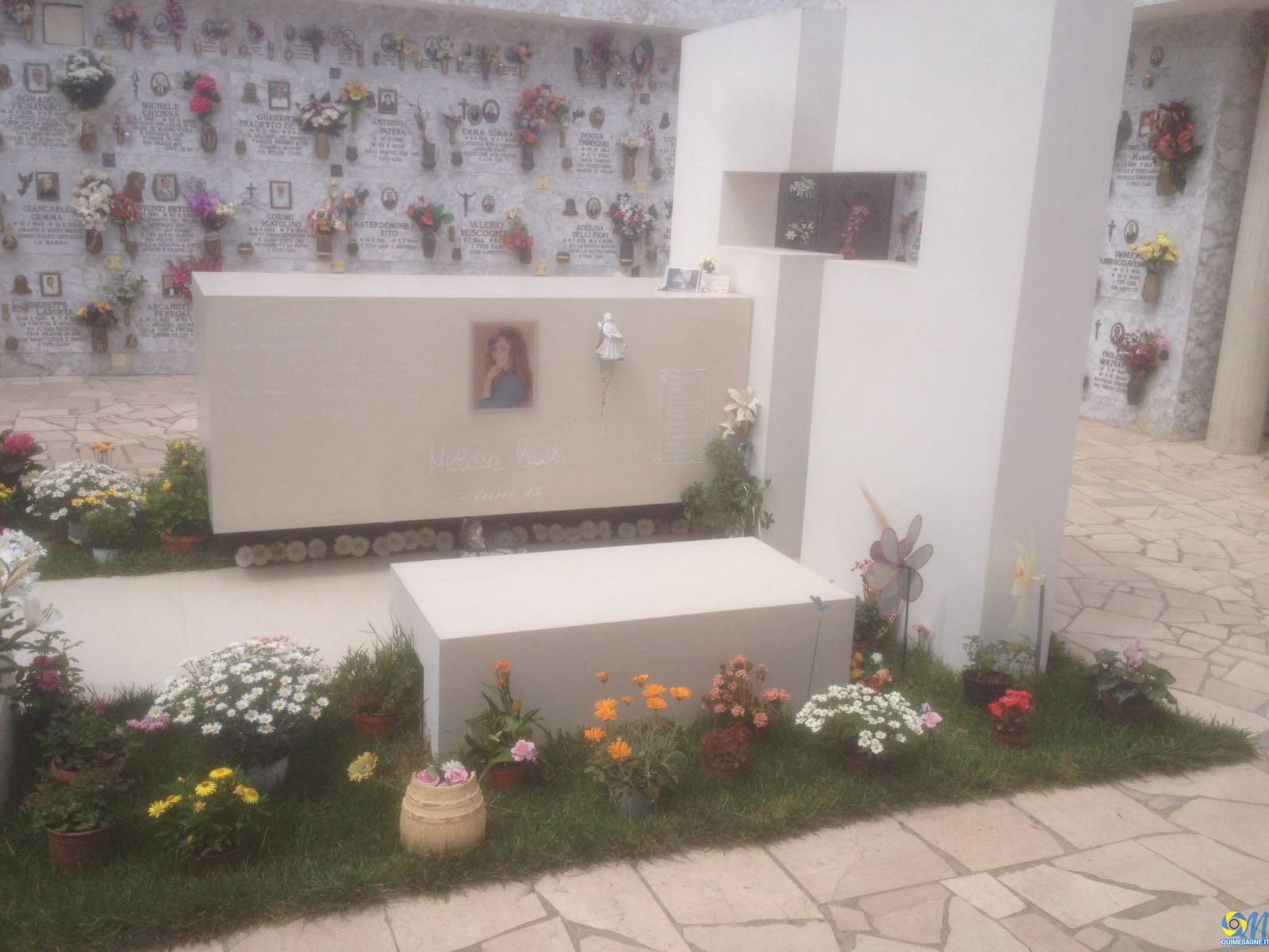 Furti al cimitero, rubati i fiori dalla tomba di Melissa Bassi
