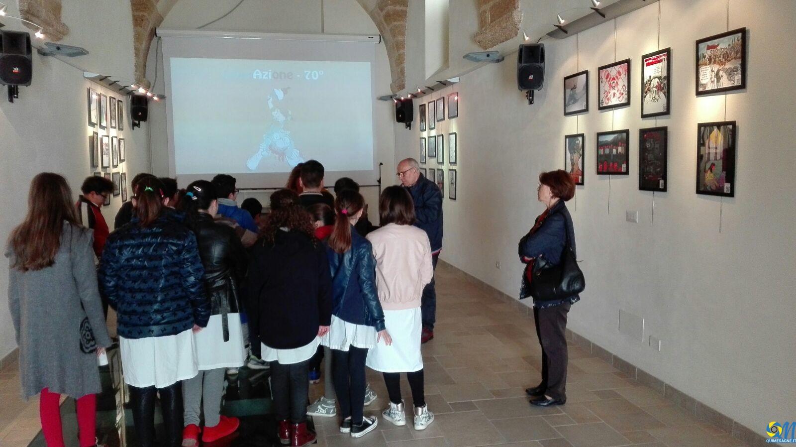 """Un gruppo di ragazzi visita la mostra alla """"Di Vittorio"""""""