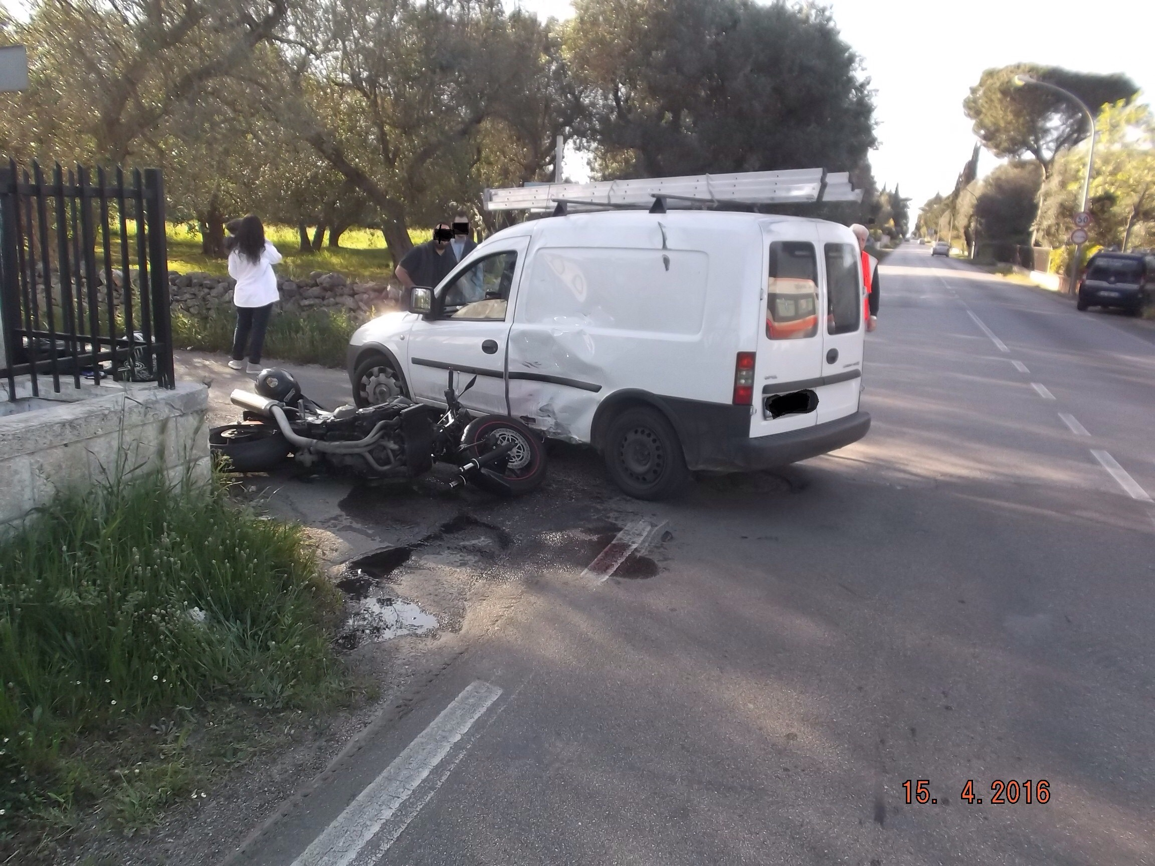 Incidente su via San Vito tra una moto e un furgone