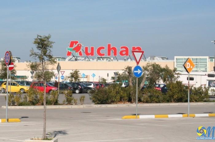 Rubano cioccolata all'Auchan, denunciati