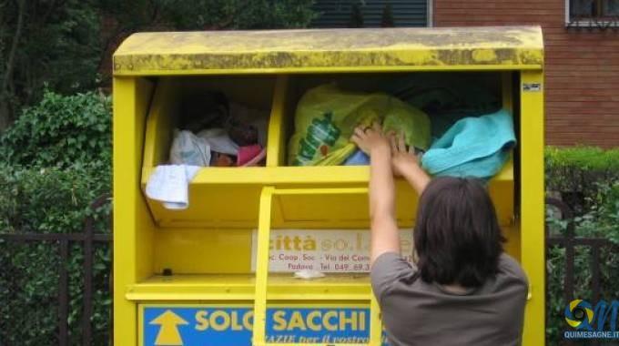 UFFICIO RECLAMI – Che fine hanno fatto i contenitori per indumenti usati?