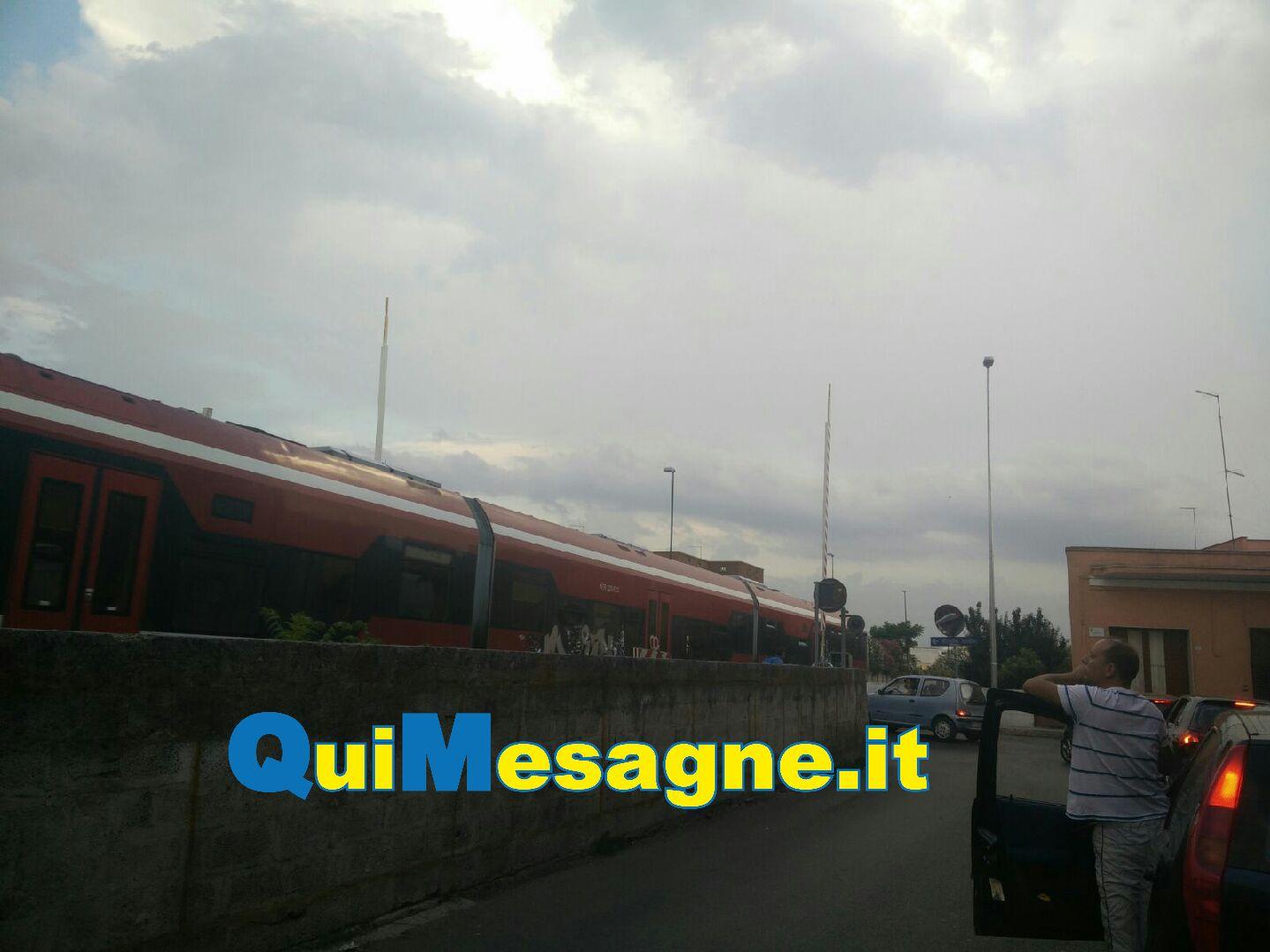 San Pancrazio, il treno passa con le sbarre aperte