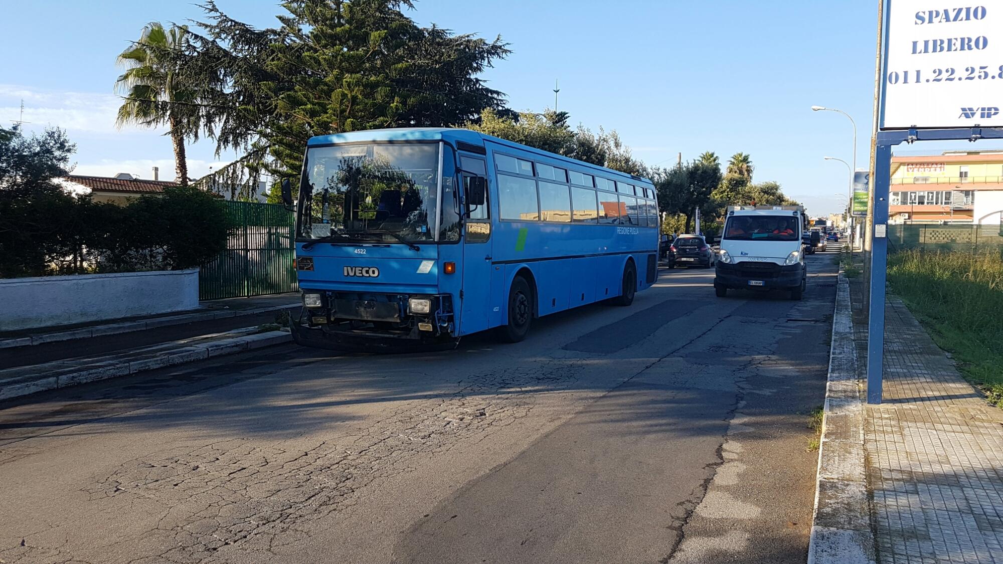 Incidente tra auto e pullman di studenti, un ferito