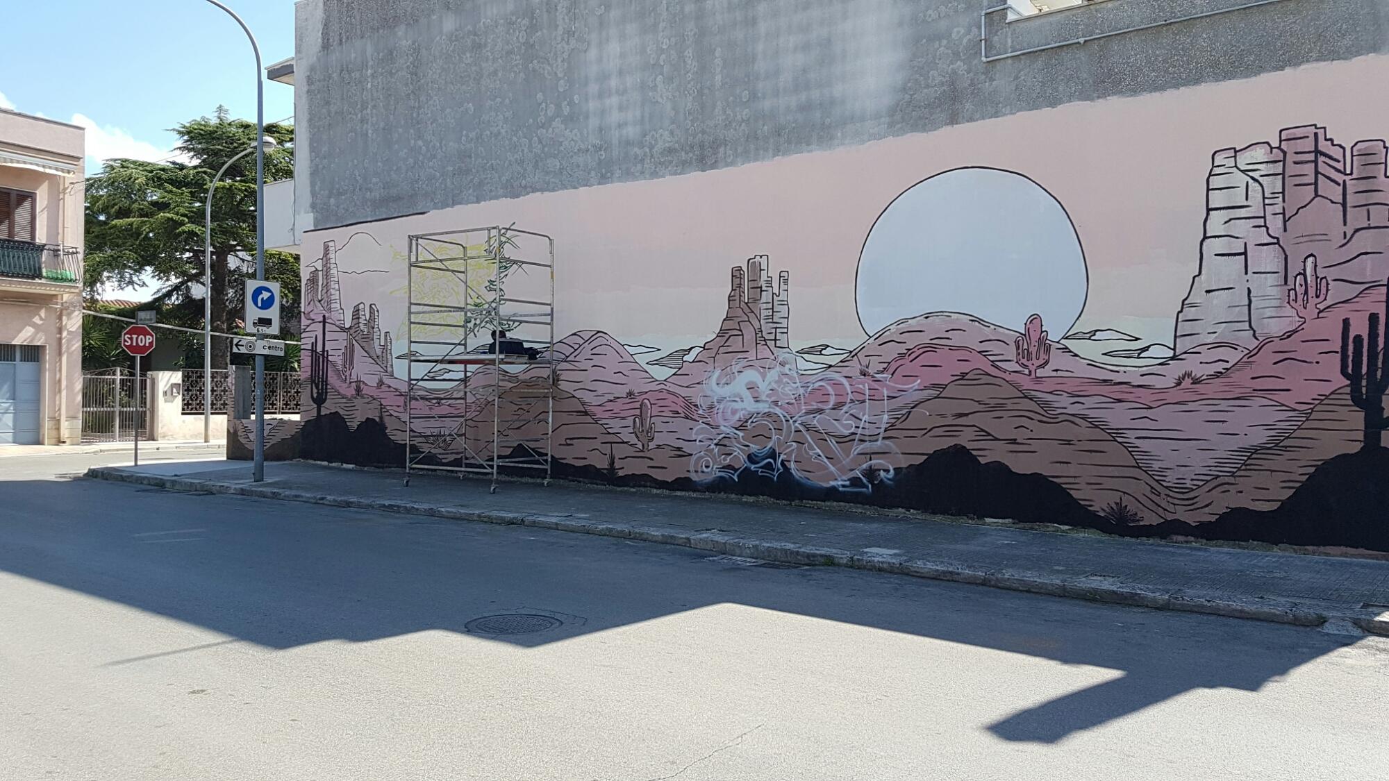 Un'opera d'arte appare su una facciata di via Salvo D'Acquisto