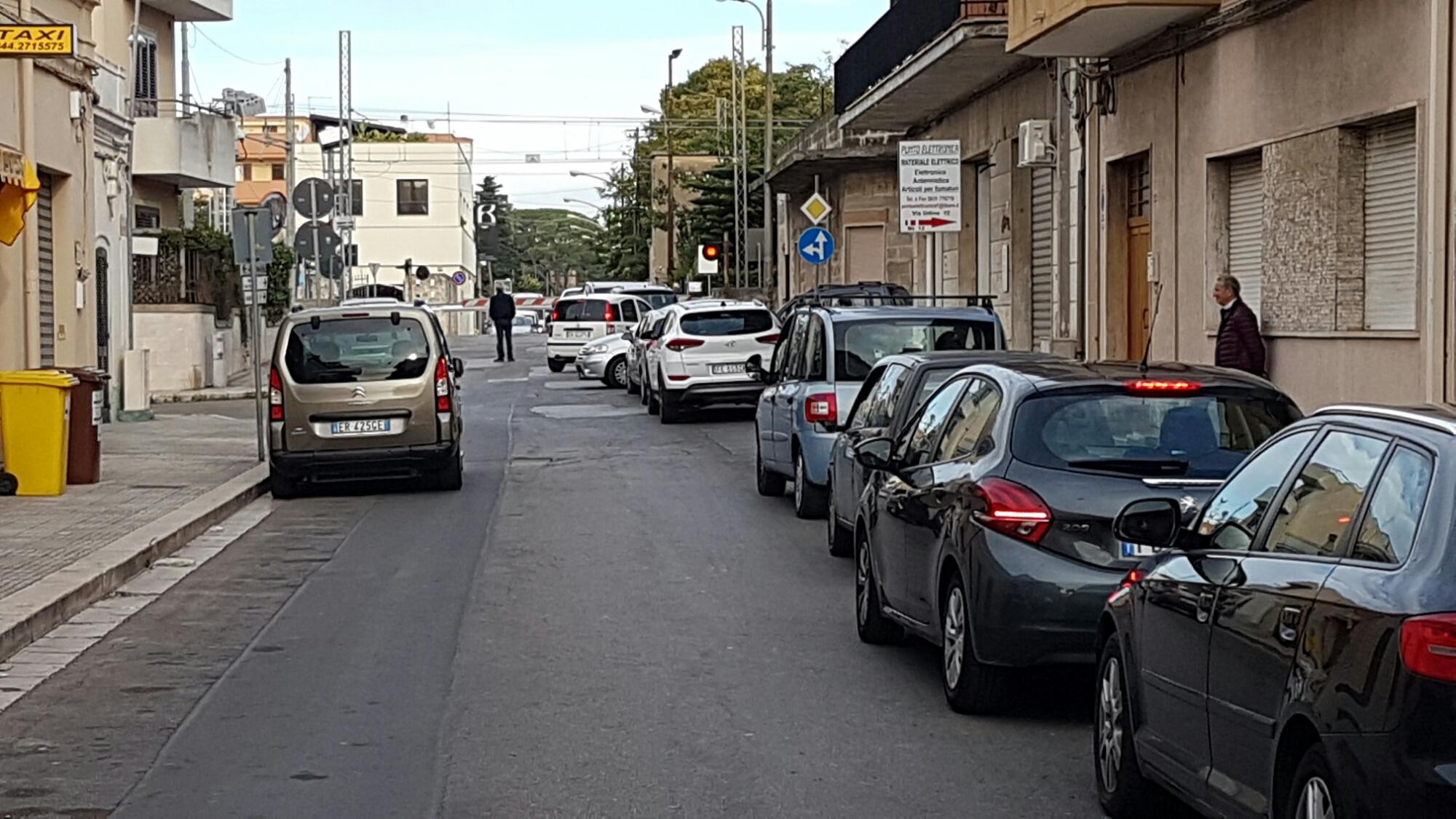87enne rimane bloccato con l'auto sui binari di via San Vito