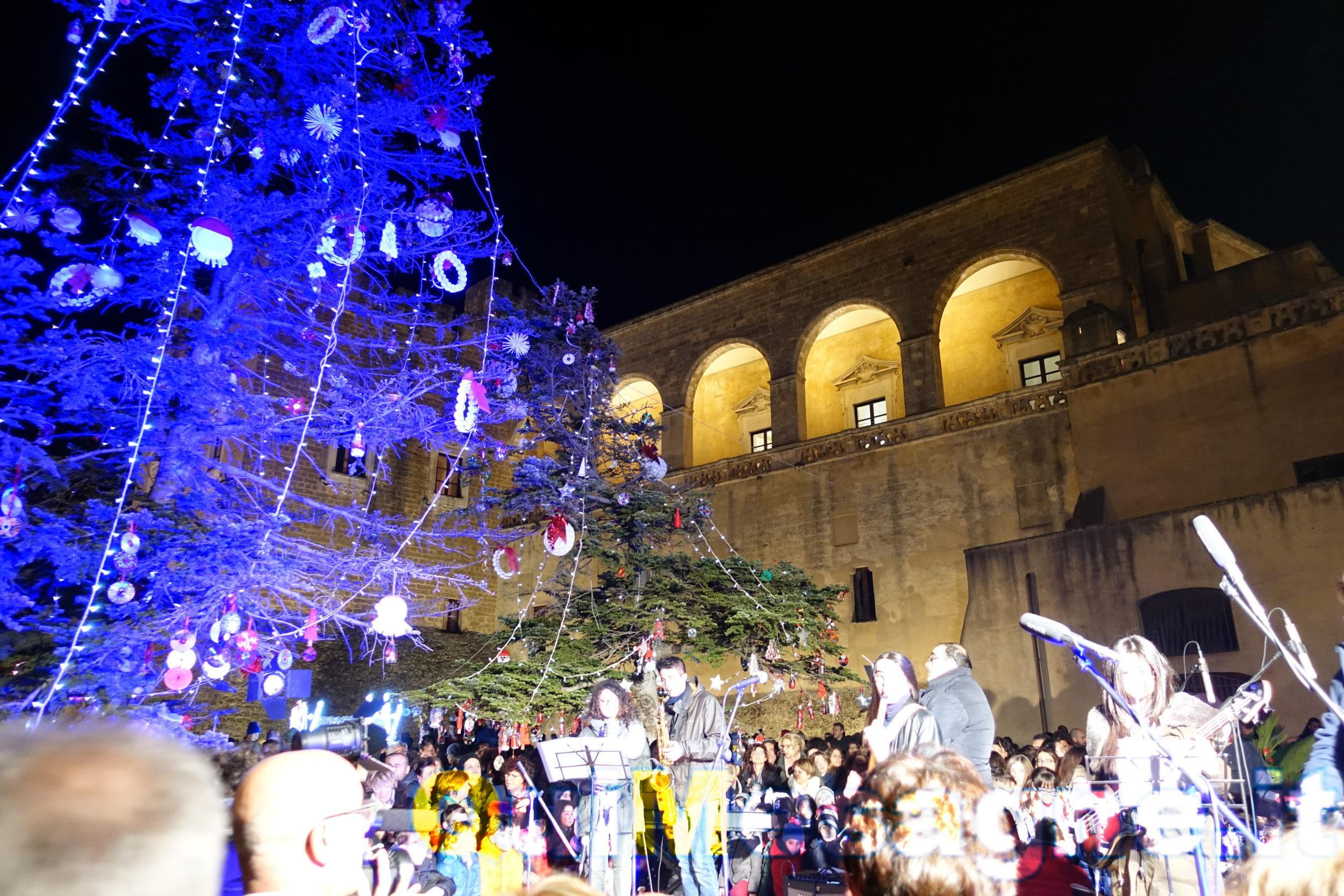 I bambini delle scuole mesagnesi accendono le luci agli alberi di Natale davanti al Castello