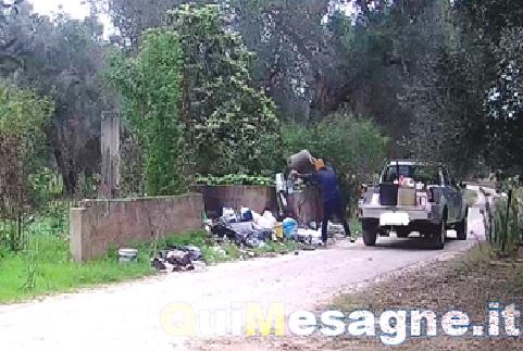 Beccato 58enne mentre abbandona i rifiuti e li incendia, multato e denunciato