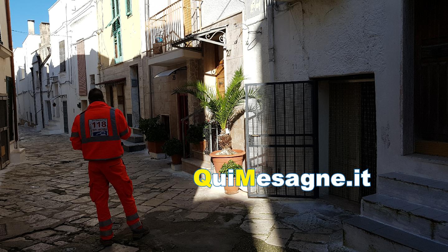 Anziano si sente male, i pompieri sfondano l'entrata