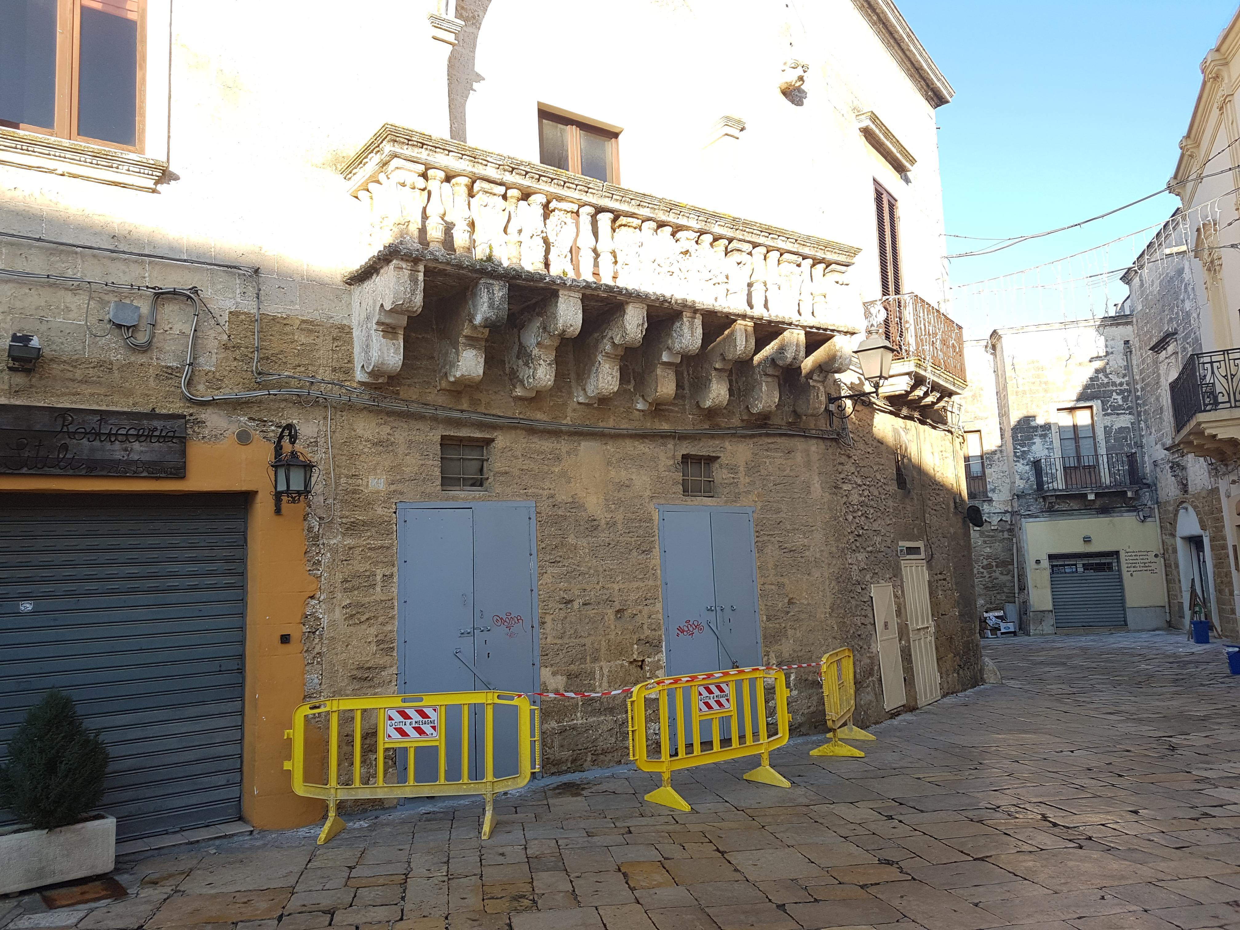 Cadono pezzi dai balconi delle abitazioni mesagnesi, il freddo compromette i monumenti