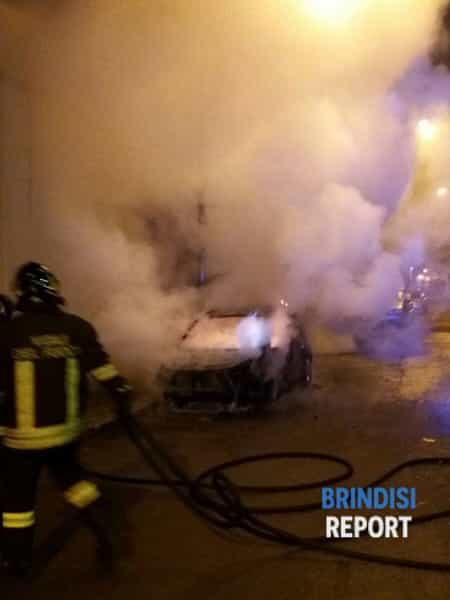 Notte di fuoco a Mesagne, due autovetture in fumo. Indaga la Polizia