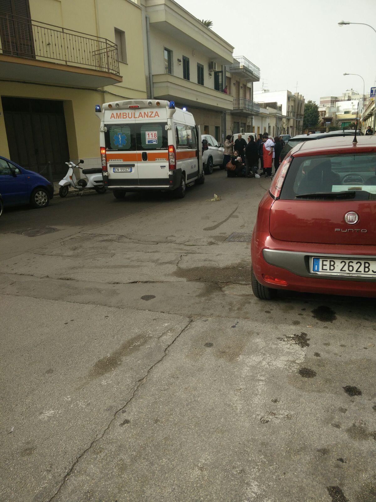 Anziana cade per strada, interviene ambulanza del 118