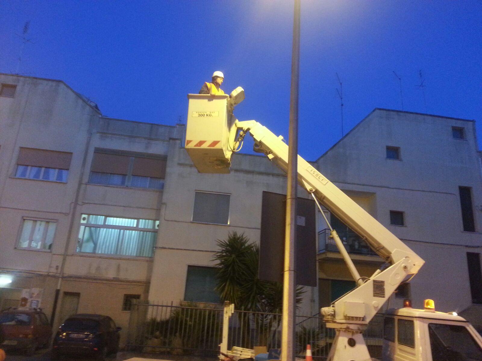 Sta per cadere un palo della pubblica illuminazione, intervengono gli elettricisti del Comune