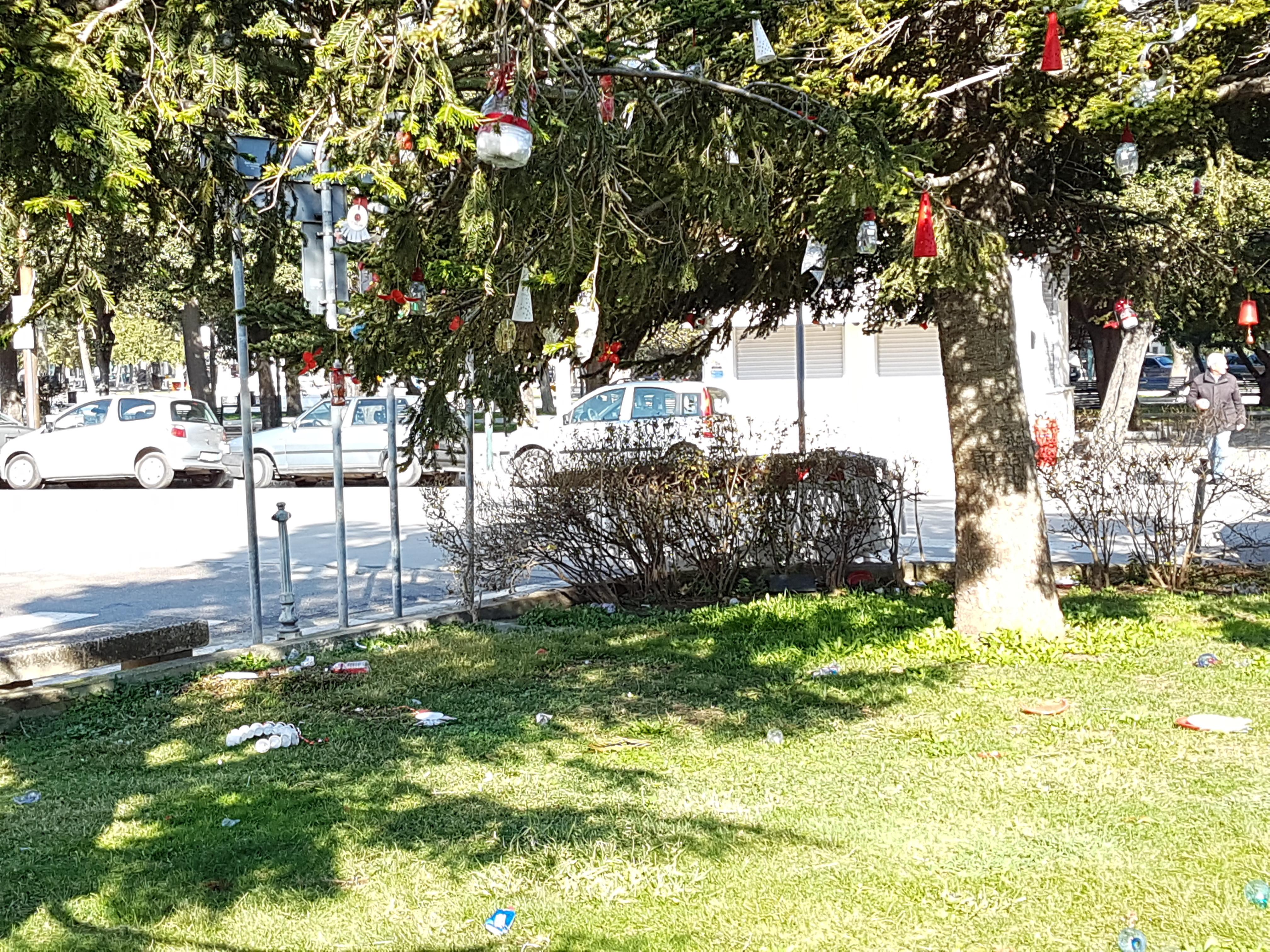 UFFICIO RECLAMI – Arriva Carnevale ma sugli alberi del Castello è ancora Natale
