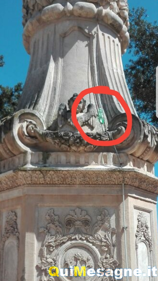 UFFICIO RECLAMI – Che ci fanno quelle bottigliette di plastica sui nostri monumenti?