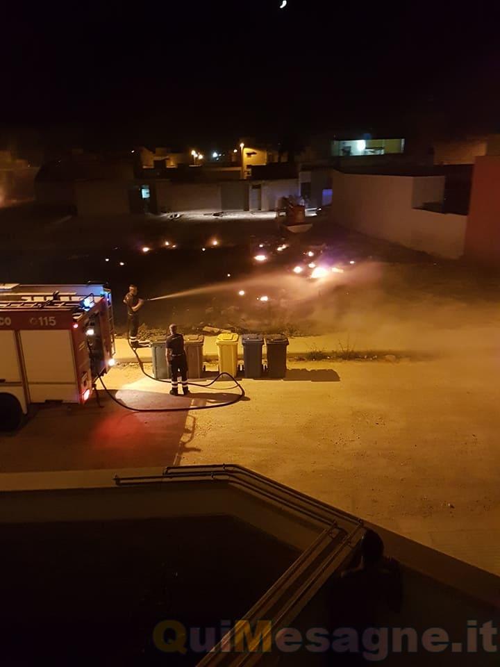 Vasto incendio nel rione Paisiello. Ancora disattesa l'ordinanza del Sindaco