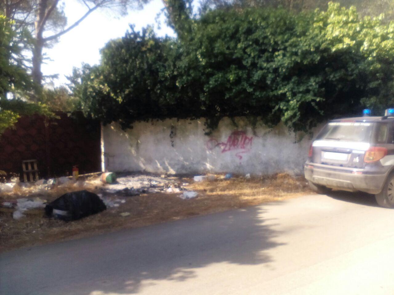 Balordi incendiano spazzatura, Vigili Urbani spengono le fiamme