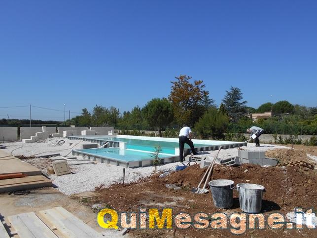 Stavano costruendo una piscina abusiva in campagna, i vigili sequestrano il cantiere