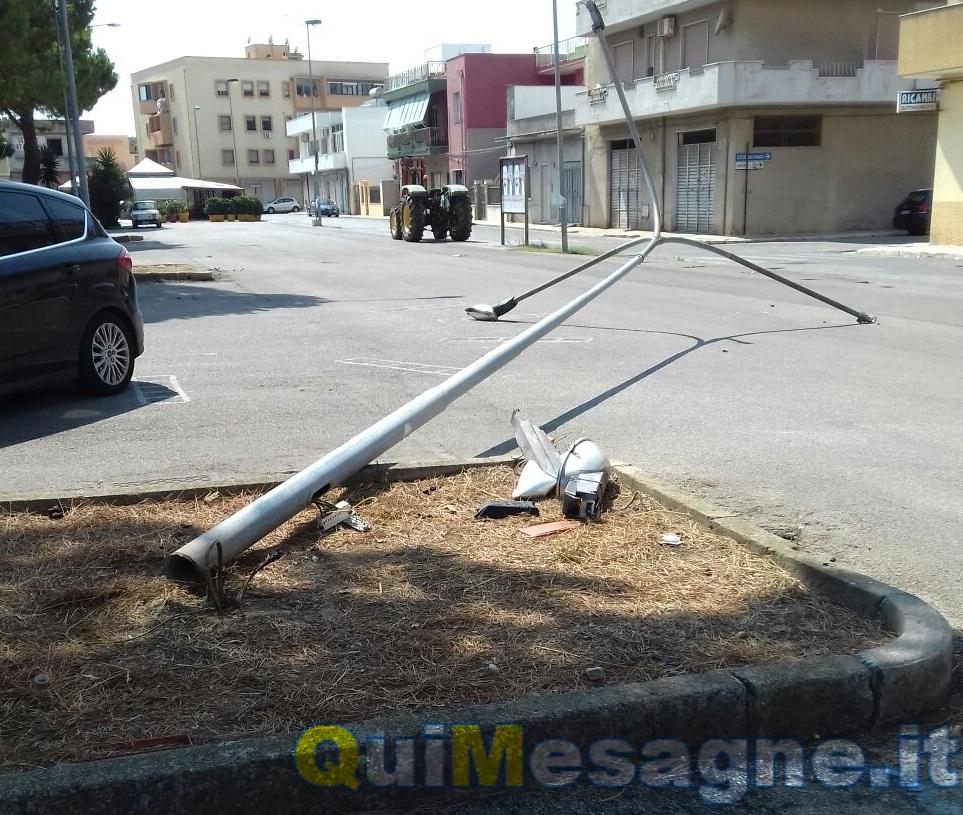 Il vento abbatte un palo della pubblica illuminazione