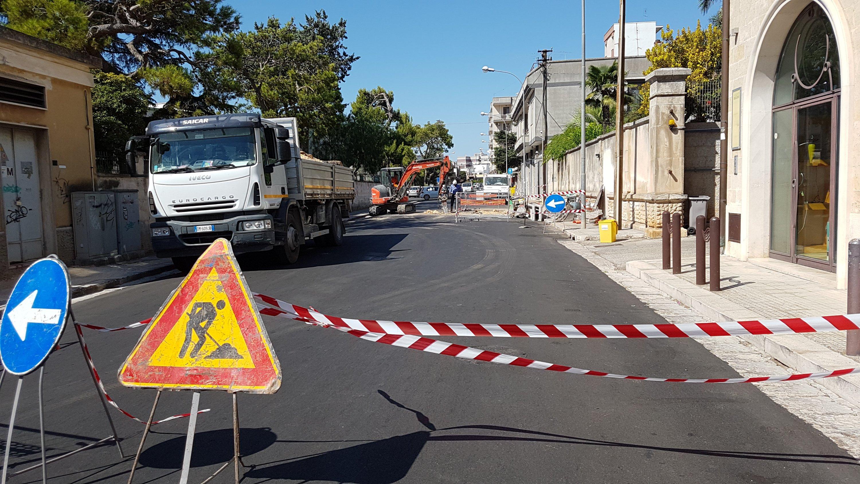 Interventi urgenti sul manto stradale appena rifatto