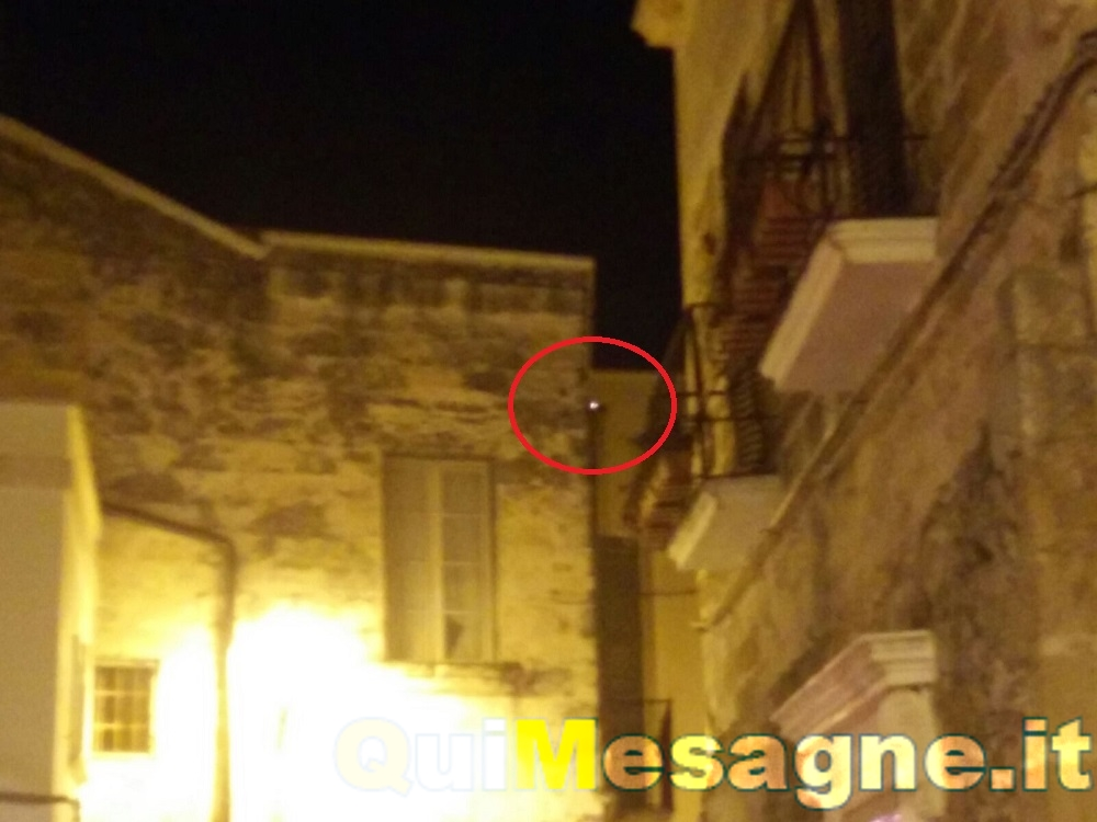 """UFFICIO RECLAMI – Piazza Criscuolo, """"sfiammate"""" dai cavi elettrici – GUARDA IL VIDEO"""