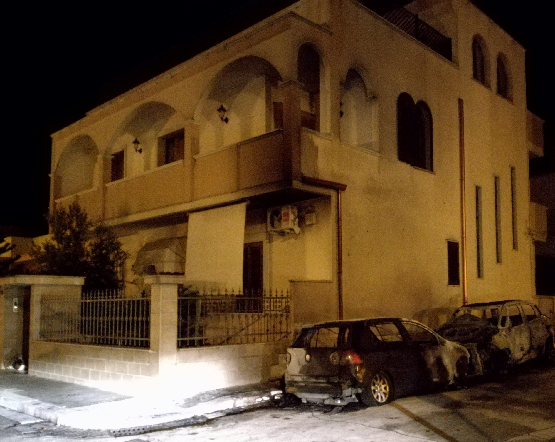 Ancora fiamme nella notte, due auto in fumo