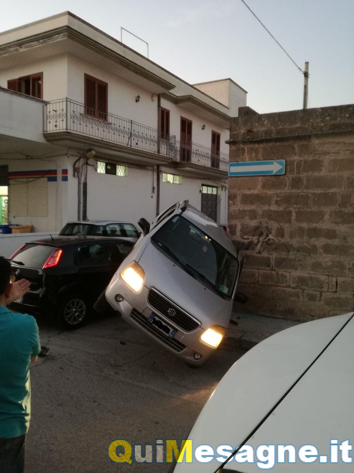 Incidente in via D'Annunzio, auto si ribalta: nessun ferito