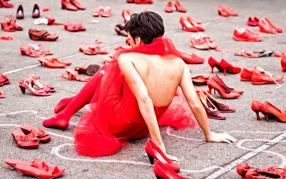 timeless design 65aa9 b0bc4 Il Camper della Polizia e le scarpe rosse nella giornata ...