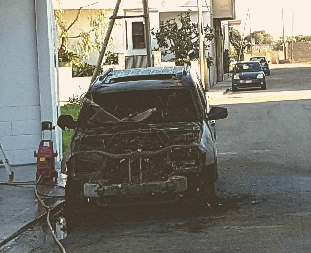 Due auto in fumo durante la notte
