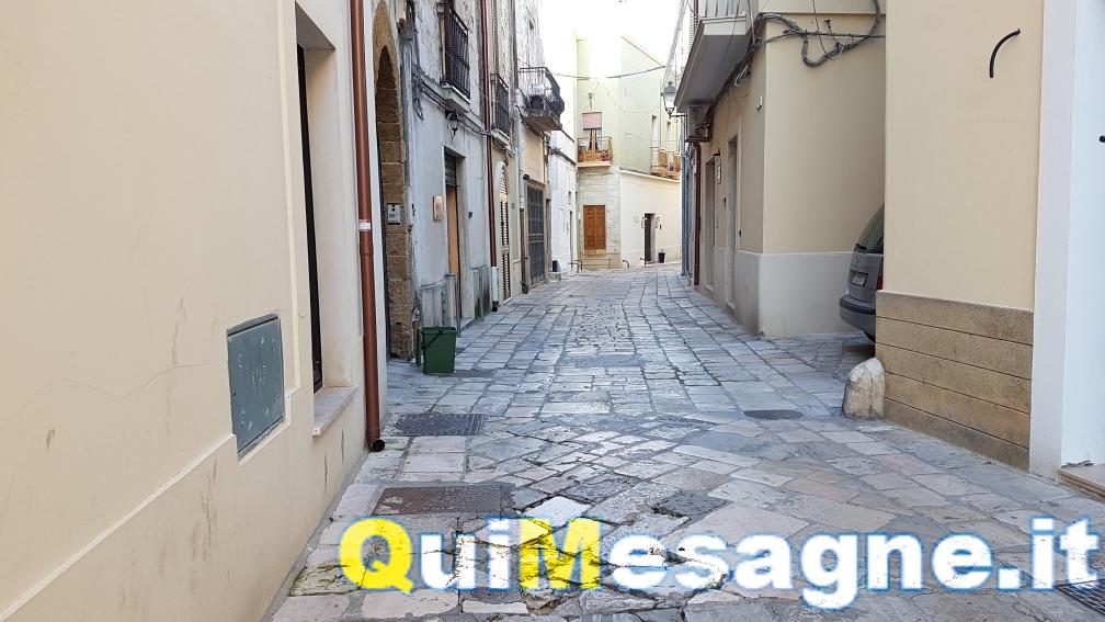 Aiutateci a decifrare le scritte su due antiche basole di via Lucantonio Resta