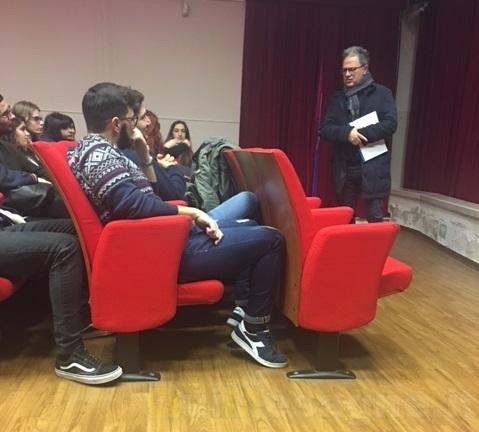 """Pompeo Molfetta spiega ai ragazzi del """"Ferdinando"""" gli anni """"bui"""" di Mesagne"""