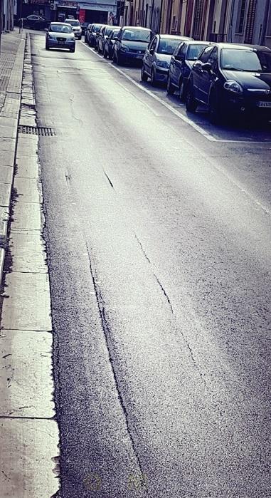 UFFICIO RECLAMI – Via Malvindi, dopo il restyling è di nuovo emergenza asfalto