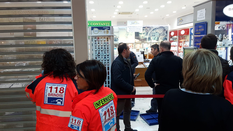 Rapina nella gioielleria del centro commerciale Auchan
