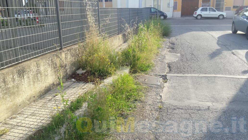UFFICIO RECLAMI – I residenti intorno a piazzetta Pertini si sentono abbandonati dal Comune