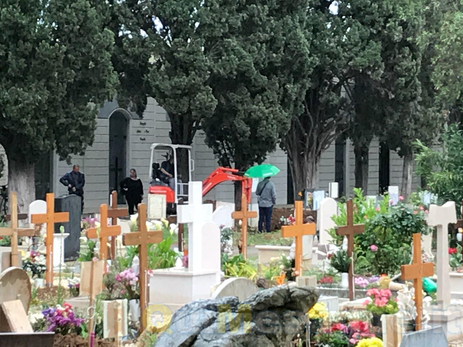 Cimitero comunale, dubbi sull'uso dell'escavatore nei momenti di dolore