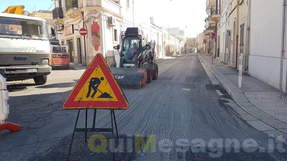 Operai dell'Enel a lavoro su Via Malvindi, l'asfalto rifatto più volte