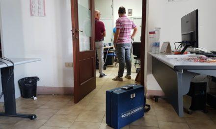 Tentano di forzare la cassaforte dell'Ufficio Ragioneria ma il colpo fallisce – GUARDA VIDEO E FOTO
