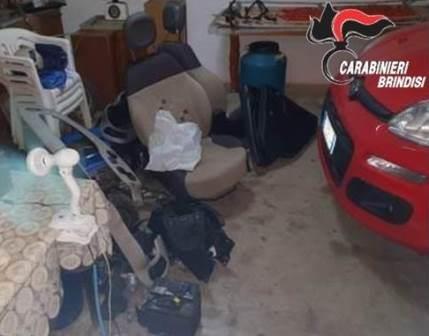 Mesagne, auto e pezzi di ricambio rubati nascosti in un garage di campagna