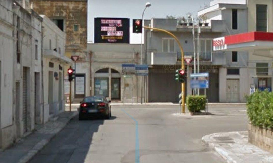 UFFICIO RECLAMI – Gli uffici comunali fermi davanti a un semaforo spento