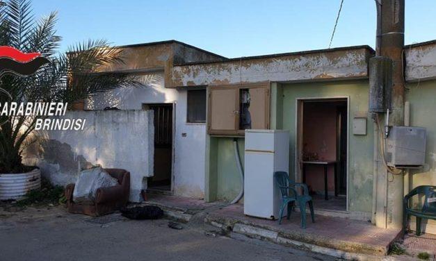 Brindisi: vivevano in 50 stipati in pochissimi metri quadrati, tra loro 6 clandestini e 2 in possesso di droga