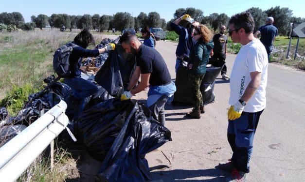 """Le campagne invase dalla spazzatura, """"A mano a mano per Muro Tenente"""" ne recupera cento sacchi"""